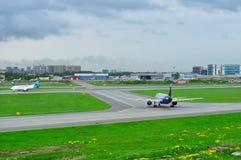 Aeroflot flygbolagflygbuss A320-214 och Ukraine International Airlines Boeing 737-500 nivåer i Pulkovo den internationella flygpl Arkivfoton