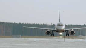 Aeroflot Sukhoi die Superjet 100 bij de luchthaven van Moskou, Rusland taxi?t stock videobeelden