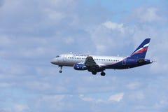 Aeroflot - Superjet russo 100 RA-89099 di Sukhoi di linee aeree su nelle nuvole Fotografie Stock Libere da Diritti