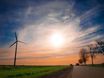 Aerogenerator au coucher du soleil Images libres de droits