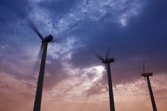 Aerogenerator wiatraczki na dramatycznym zmierzchu niebie zdjęcia royalty free