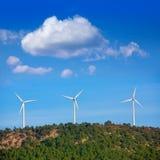 Aerogenerator wiatraczki w góra wierzchołku fotografia stock