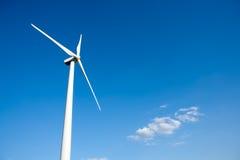 Aerogeneratorwindmühle im blauen Himmel Lizenzfreie Stockbilder