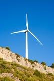 Aerogeneratorwindmühle im felsigen Berg Stockbild