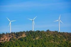 Aerogeneratorwindmühlen in der Gebirgsspitze Stockbilder