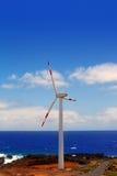 Aerogeneratorwindmühlen vor Ozeanmeer Stockfoto