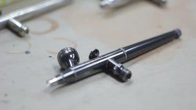 Aerografie Spritzpistole für das Malen Aerografie stock footage