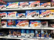 Aeromoça Desserts em uma mercearia foto de stock