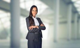 Aeromoça ou mulher de negócios à moda que estão de espera fotografia de stock