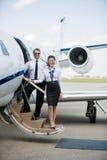 Aeromoça de bordo segura e piloto Standing On Private Fotos de Stock