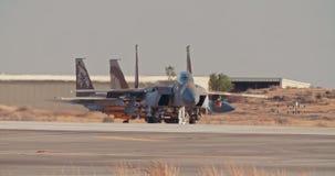 Aeronautica israeliana F-15 che rulla sulla pista prima del decollo stock footage