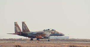 Aeronautica israeliana munita F-15 che decolla da una base aerea con il postcombustore pieno archivi video