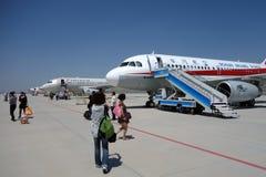 Aeroplae dans l'aéroport de Turpan Image stock