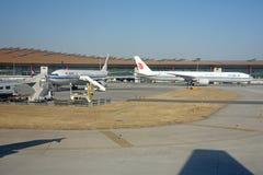 Aeroplae dans l'aéroport international capital de Pékin Images libres de droits