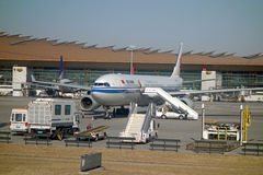 Aeroplae dans l'aéroport international capital de Pékin Photographie stock libre de droits