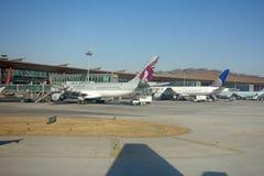 Aeroplae dans l'aéroport international capital de Pékin Image stock