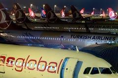 Aeroplani all'aeroporto di Costantinopoli Ataturk fotografie stock libere da diritti