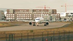 Aeroplani che rullano sul grembiule e sulle piste al airpor di Francoforte video d archivio