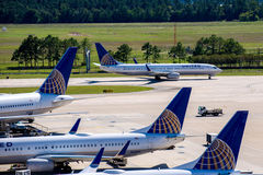 Aeroplani sulla rampa attiva all'aeroporto di IAH Immagini Stock