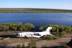 Aeroplano abandonado quebrado en la costa del río de Kolyma Fotos de archivo libres de regalías