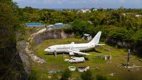 Aeroplano abandonado, viejo avión estrellado en carrera Fotografía de archivo libre de regalías