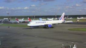 Aeroplano in aeroporto Domodedovo Lasso di tempo stock footage