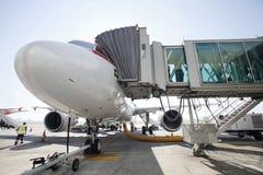 Aeroplano in aeroporto terminale Fotografia Stock