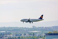 Aeroplano Airbus A320 de Lufthansa durante el aterrizaje Imagen de archivo