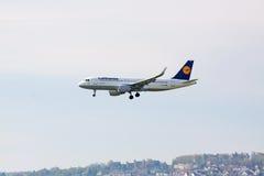 Aeroplano Airbus A320 de Lufthansa durante el aterrizaje Imágenes de archivo libres de regalías
