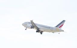 Aeroplano Airbus A319 del pasajero en el cielo fotos de archivo