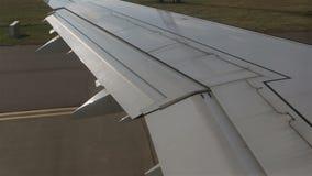 Aeroplano al decollo finestra della depressione di vista video d archivio