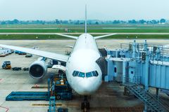 Aeroplano all'aeroporto, preparazione del passeggero per il volo Manutenzione di aerei fotografie stock libere da diritti