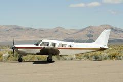 Aeroplano alla pista di atterraggio del deserto immagini stock libere da diritti