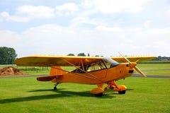 Aeroplano amarillo de la vendimia Fotografía de archivo libre de regalías