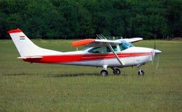 Aeroplano bianco rosso-chiaro della scuola fotografie stock