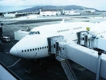 Aeroplano Boeing 747 al terminale Immagine Stock