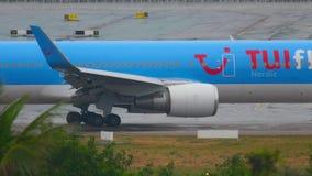 Aeroplano Boeing 767 antes de la salida metrajes