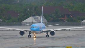 Aeroplano Boeing 767 antes de la salida almacen de video