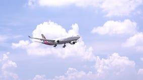 Aeroplano Boeing 777 del vuelo de Asiana Airlines a través del cielo de las nubes prepararse al aterrizaje metrajes