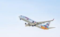 Aeroplano Boeing 737 en el cielo imagen de archivo libre de regalías