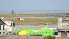 Aeroplano Boeing 737 que lleva en taxi metrajes