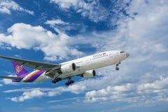 Aeroplano Boeing 777 que se acerca Fotos de archivo libres de regalías