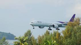 Aeroplano Boeing 777 que se acerca almacen de metraje de vídeo