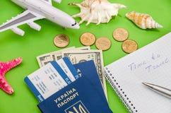Aeroplano, boletos, pasaporte y dinero fotografía de archivo libre de regalías