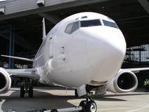 Aeroplano in capannone Immagini Stock