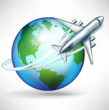 Aeroplano che circonda intorno al globo Immagine Stock