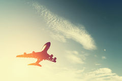 Aeroplano che decolla al tramonto. Fotografie Stock Libere da Diritti