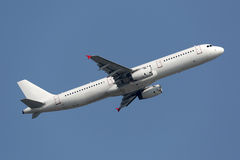Aeroplano che decolla dall'aeroporto sulla vacanza Fotografia Stock