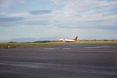 Aeroplano che decolla dalla pista bagnata Fotografie Stock Libere da Diritti