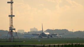 Aeroplano che frena dopo l'atterraggio video d archivio